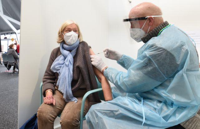 Edith Holthöwer erhält eine der ersten Impfungen im Impfzentrum des Kreises Coesfeld. Foto: Kreis Coesfeld