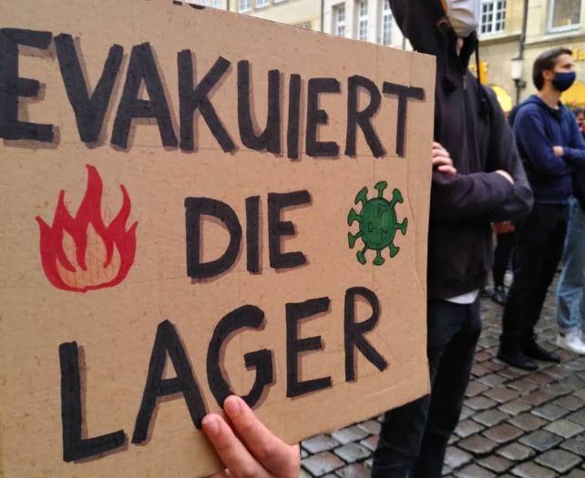 Mit Schildern und Transparenten demonstrierten am Mittwoch etwa 800 Teilnehmer in Münster für eine Evakuierung der Flüchtlingslager in Griechenland. Foto: Seebrücke Münster