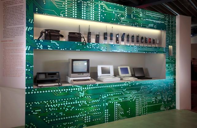 Historische Computer und Mobiltelefone in der Ausstellung. Foto: Andreas Fechner, Düsseldorf