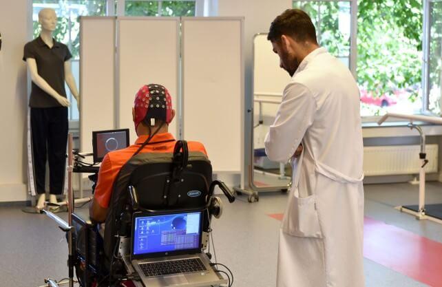Patient mit Querschnittlähmung steuert den Rollstuhl mit seinen Gedanken. Foto: Felix Winkelmann