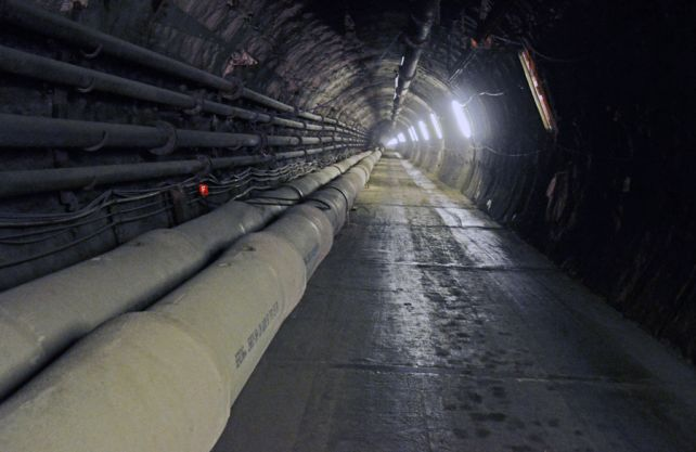 2880 Stahlbetonrohre mit einer Länge von 2,5 Metern und einem Gewicht von 980 Kilogramm mussten im Rahmen des Grubenwasserkonzepts der RAG transportiert und verlegt werden. Foto: RAG