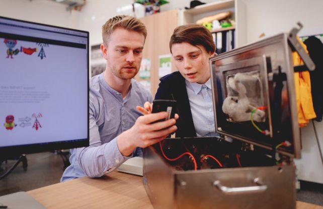 David Rupprecht (l.) und Katharina Kohls vom Lehrstuhl Systemsicherheit entwickelten die Angriffe, mit denen sie Sicherheitslücken im Mobilfunkstandard LTE ausnutzen können. Foto: RUB/Kremer