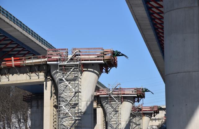 Ein Brückenkoloss wird bewegt: Die Lennetalbrücke mit Verschubbahnen. Foto: Autobahn GmbH
