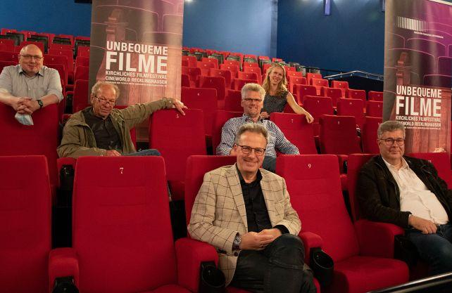 Freuen sich auf viele Filme und Gäste (von links): Kai-Uwe Theveßen vom Cineworld, Harald Wagner, Marc Gutzeit, Julia Borries, und Roland Wanke. Foto: Kirchliches Filmfestival/Michaela Kiepe