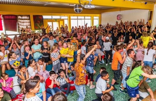 """Riesenjubel – beim """"Public Viewing"""" haben die Schüler der Gebrüder Grimm-Schule in Hamm von ihrem ersten Platz beim Schulpreis erfahren. Foto: Stadt Hamm"""