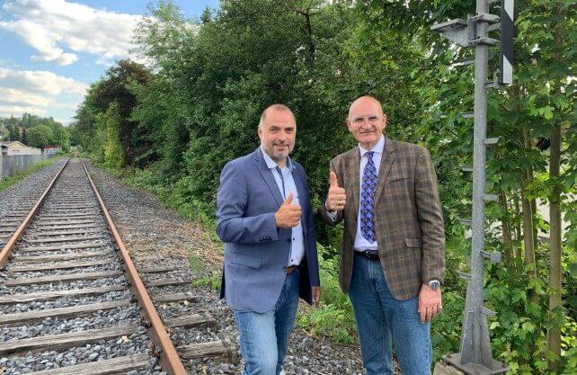 Die Bürgermeister von Arnsberg, Ralf Paul Bittner (l.), und Sundern, Ralph Brodel, sind für die Reaktivierung der Röhrtalbahn. Foto: Stadt Arnsberg