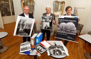 Fotograf Berthold Socha (Mitte) überlässt dem Stadtmuseum zehntausende Negative und Abzüge. Foto: Presseamt Stadt Münster/ Witte