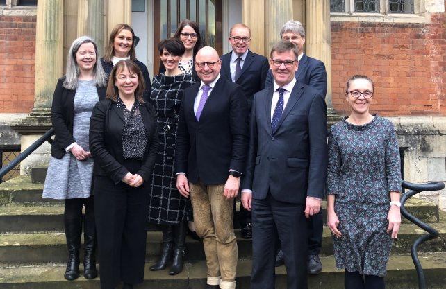 Die Münster-Delegation mit OB Lewe (3.v.r.) und Prof. Dr. Wessels (2.v.r.) an der Spitze traf sich zu Gesprächen in York. Foto: Stadt Münster