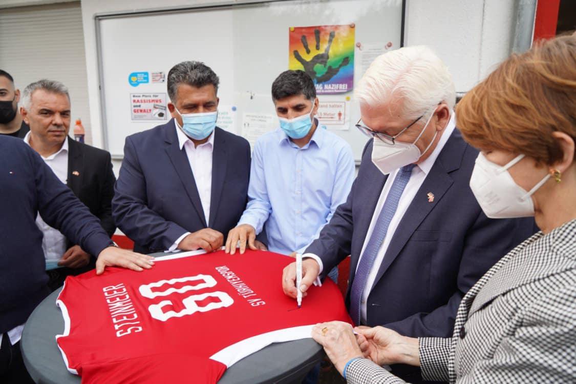 Bundespräsident Frank Walter Steinmeier signierte ein Trikot des Vereins. Foto: Ilker Söylemez