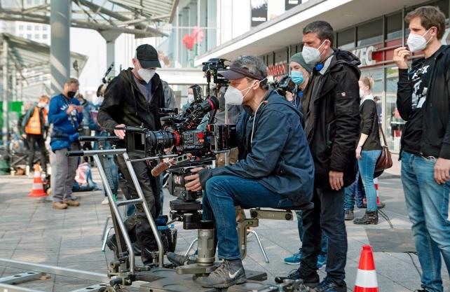 Bis Mitte Mai wird in Dortmund gedreht. Kameramann Benjamin Dernbecher (Mitte) sowie Regisseur und Co-Autor Martin Eigler (2.v.r.) sind am Hauptbahnhof. Foto: WDR/unafilm GmbH/Elliott Kreyenberg