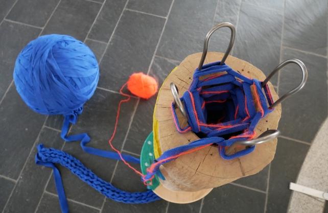 An der XXL-Strickliesel entsteht im Rahmen des Festivals ein blaues Band als Zeichen der Verbundenheit. Foto: Nina Kownacki
