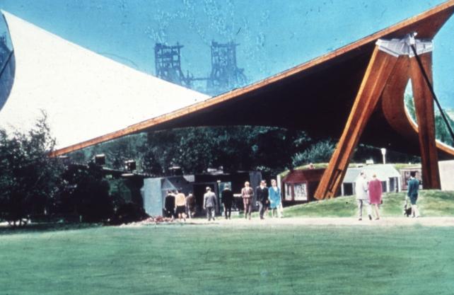 """Ein historisches Bild des """"Sonnensegels"""". Zuletzt war die Holzkonstruktion marode und nicht nutzbar. Foto: Westfalenpark"""