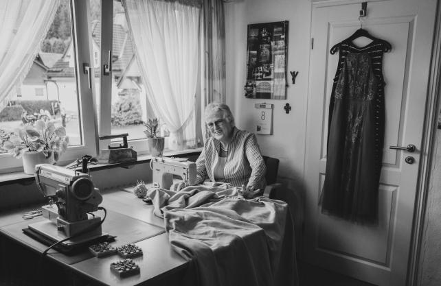 """Die """"Zeitzeugenausstellung"""" zeigt Menschen aus der Region Schmallenberg, die lange mit Textiliengearbeitet haben. Eine von ihnen ist Mechtild Wulf aus Fleckenberg. Foto: Roman Schauerte"""