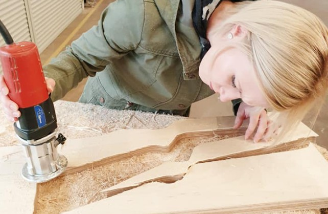 Die Holzgewehre für die Parade haben die Frauen selbst gebaut. Foto: privat