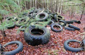 Eine illegale Reifenentsorgung im Wald. Foto: Denise K. / pixelio