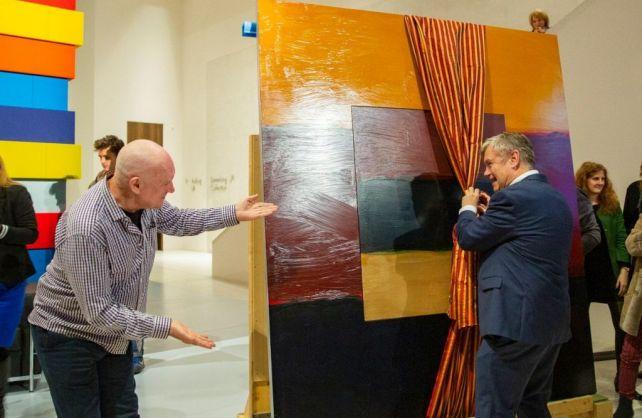 Sean Scully (l.) schenkte dem Direktor des LWL-Museums für Kunst und Kultur, Dr. Hermann Arnhold, ein Gemälde. Foto: LWL/Hanna Neander