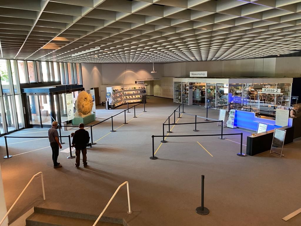 Vorbereitungen für die Wiedereröffnung. Das Foyer im LWL-Museum für Naturkunde unter Corona-Bedingungen. Foto: LWL/Thießen