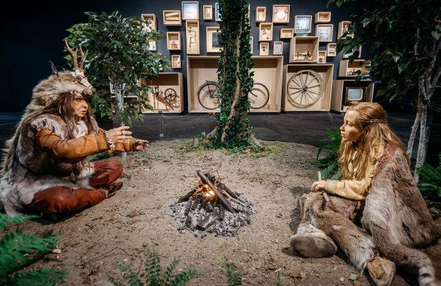 Im mittleren Teil der Ausstellung geht es um die kulturelle Evolution. Die Museumsgäste können einer Schamanin beim Geschichtenerzählen zusehen und in einem Setzkasten verschiedene Erfindungen des Menschen entdecken. Foto: LWL/Steinweg