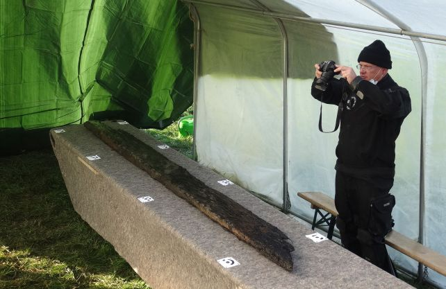 Die geborgenen Hölzer des Bootes werden sorgfältig dokumentiert. Foto: LWL-AfW Olpe/M. Baales
