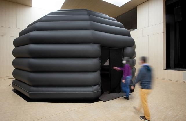 Das mobile Planetarium. Foto: LWL/Steinweg