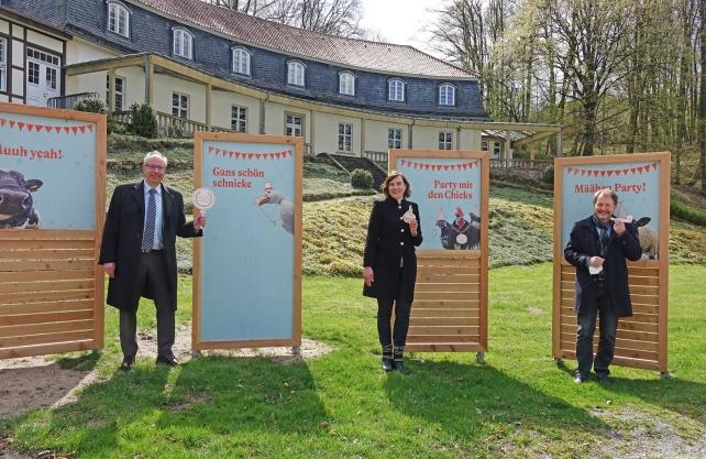 Freuen sich auf das Juhubiläum (v. l.): LWL-Landesdirektor Matthias Löb, Ausstellungskuratorin Ruth Lakenbrink und LWL-Museumsdirektor Prof. Dr. Jan Carstensen. Foto: LWL/Jähne