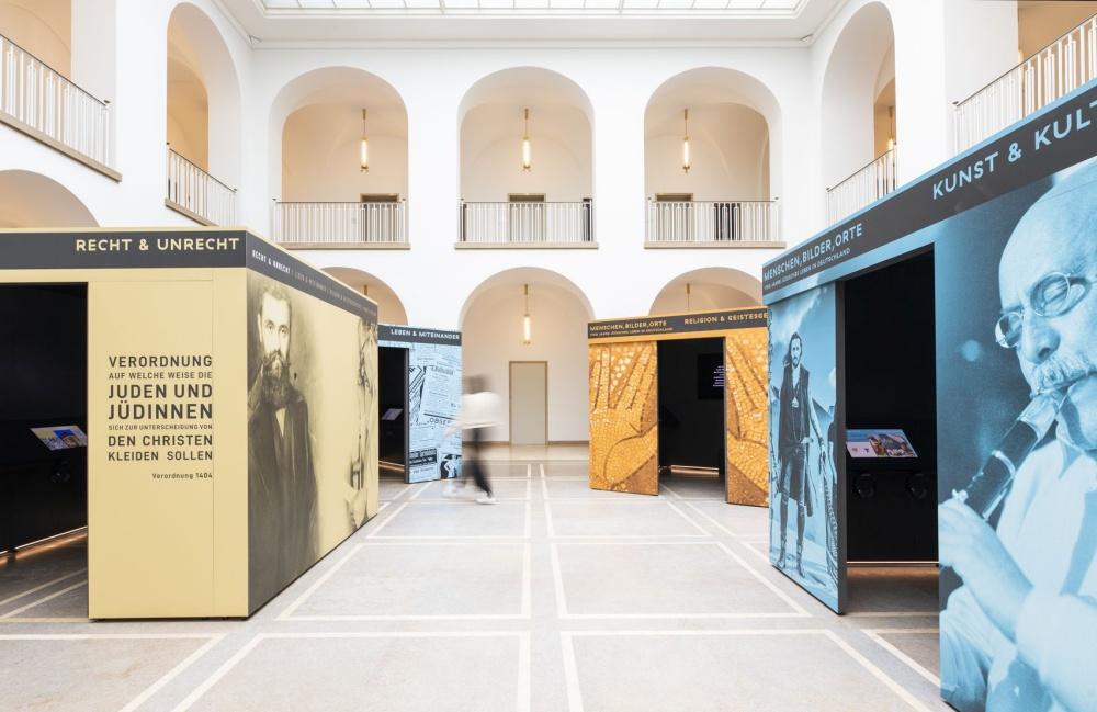 Blick in die Ausstellung im LWL-Landeshaus. Foto: Hanna Neander