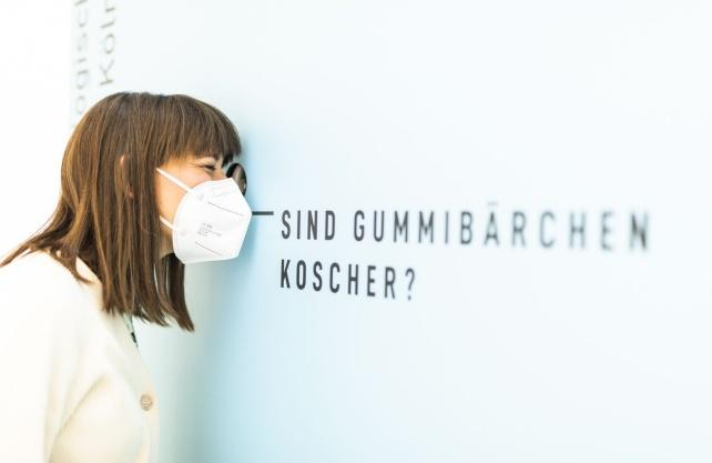 """Fragen des Alltags im Kubus """"Leben & Miteinander"""". Foto: Hanna Neander"""