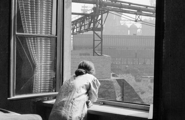 Blick aus dem Fenster einer Wohnung in Duisburg-Laar auf die Industrieanlagen der August-Thyssen-Hütte, 1952. Foto (Ausschnitt): SVR © RVR