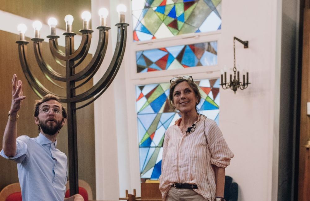 """Levi Israel Ufferfilge, zukünftiger Rabbiner Münsters, und Inès von Patow, Kunstvermittlerin des LWL-Museums für Kunst und Kultur, sind die Stimmen des Podcasts """"Menschenherz"""". Foto: LWL/Reiners"""