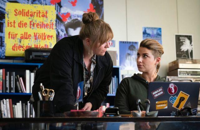 Ermittelt im Mord an einer jungen Frau: Hauptkommissarin Rosa Herzog (l.). Hier befragt sie die Politbloggerin Annika Freytag (Jaëla Probst). Foto: WDR/Bavaria Fiction GmbH/Martin Menke