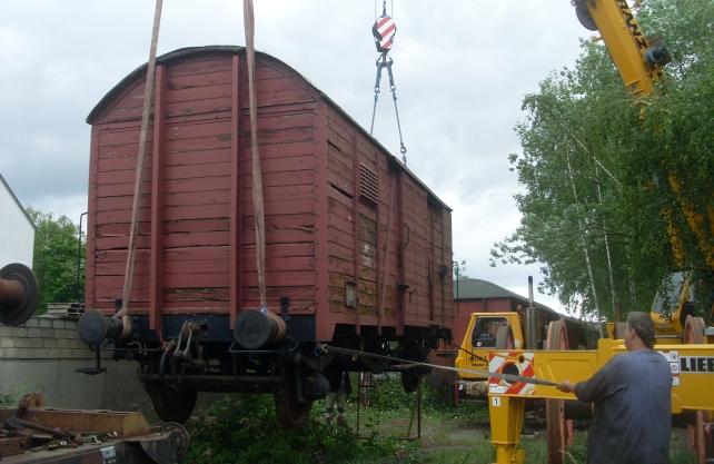 Der Wagon wurde mit einem Kran auf einen Tieflader verladen. Foto: Schönenberg