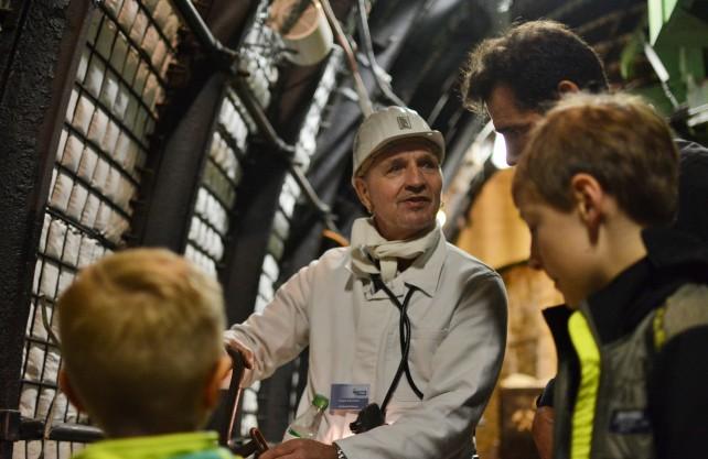 Ehemalige Bergleute berichten im Bergbau-Museum in Bochum aus ihrem Alltag. John (vorne rechts) hört aufmerksam zu. Foto: Jürgen Bröker