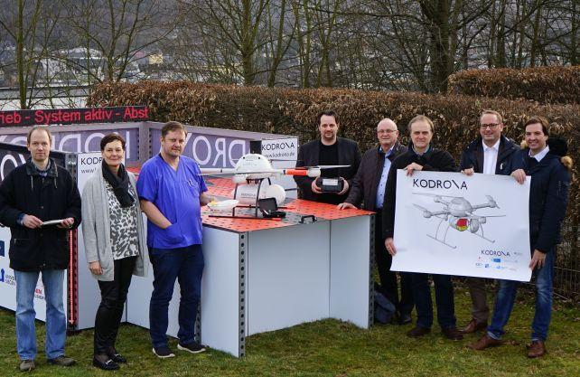 Das Projekt-Kernteam mit der KODRONA Drohne MD4-1000. Foto: Arnd Dickel/DRK-Kinderklinik
