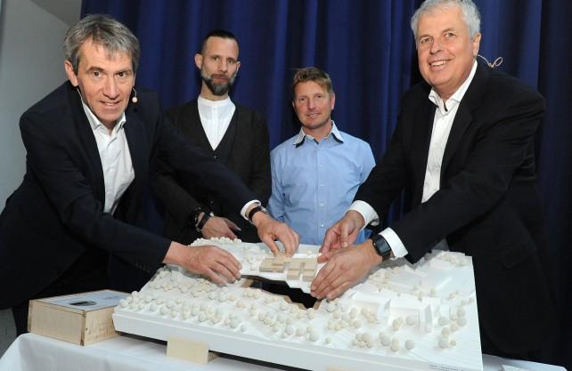 Mit dem Modell des Neubaus (v.l.n.r.): Prof. Dr. Martin Butzlaff (Präsident der UW/H), Markus Lager (Architekturbüro Kaden+Lager GmbH), Anders Übelhack (ZÜBLIN Timber GmbH), Jan-Peter Nonnenkamp (Kanzler der UW/H). Foto: UW/H
