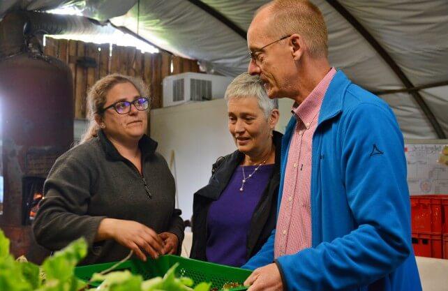 Bäuerin Steffi (links) im Gespräch mit Marion und Jürgen Rockel am Abholtag auf dem Lindenhof. Foto: Jürgen Bröker