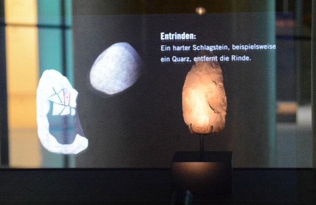 Ein Hologramm ergänzt ein Exponat im Archäologie-Museum in Herne. Foto: jüb