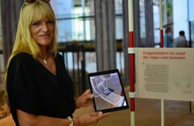 LWL-Kulturdezernentin Barbara Rüschoff-Parzinger mit einem Tablet in der Ausstellung des Archäologie-Museums in Herne. Foto: jüb