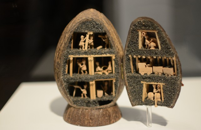 Kuriosität in der Kunstsammlung des Deutschen Bergbau-Museums: eine Zeche in der Kokosnuss. Foto: Jürgen Bröker