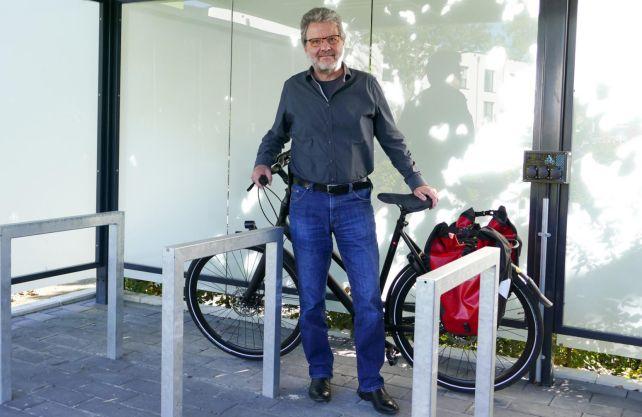 Prof. Reinhart Job von der Fachhochschule Münster sieht das E-Bike als Massenprodukt kritisch. Er fährt daher mit einem normalen Fahrrad. Foto: FH Münster/Jana Schiller
