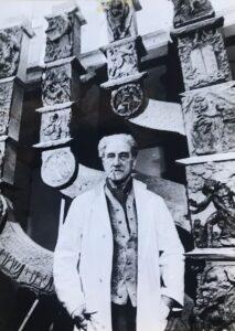 Benno Elkan vor seiner Menora an der Knesset in Jerusalem. Foto: Akademie der Künste, Berlin/Benno-Elkan-Archiv