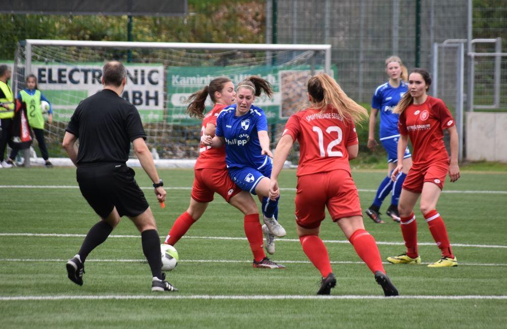 In den Anfängen des Frauenfußballs mussten sich die kickenden Mädchen und Frauen gegen Vorurteile wehren. Foto: FLVW