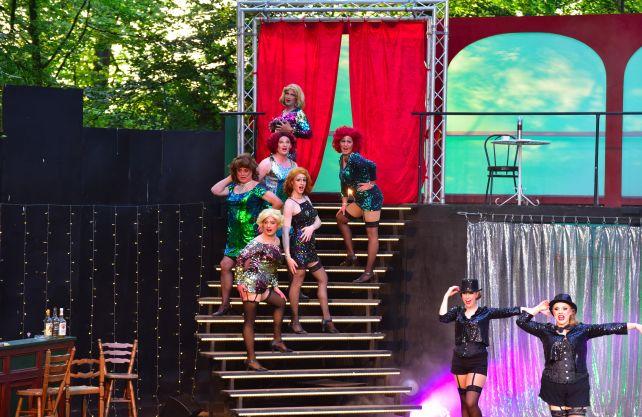 """Aufführung von """"Ein Käfig voller Narren"""" auf der Bühne in Greven-Reckenfeld. Foto: ©Richard Laustroer"""