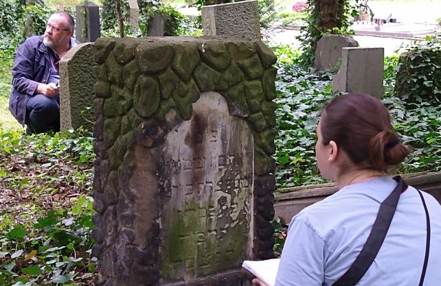 Anna Martin vom Steinheim-Institut erfasst die Grabsteine auf dem Dortmunder Ostfriedhof. Foto: Heike Kollakowski