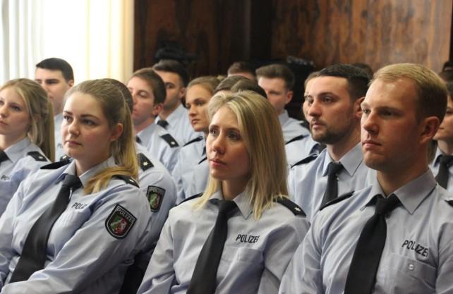 Junge Polizisten in Recklinghausen hören Rolf Abrahamsohn aufmerksam zu. Foto: Polizei Recklinghausen