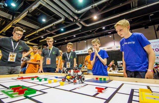 """Spannung bei der Roboter-Olympiade. Foto: """"Technik begeistert e.V."""""""