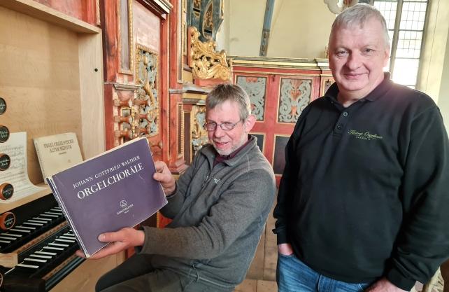 Jan Spijker und Dick Koomans von dem niederländischen Orgelbauunternehmen Flentrop intonierten die Corveyer Springladenorgel. Foto: Sabine Robrecht