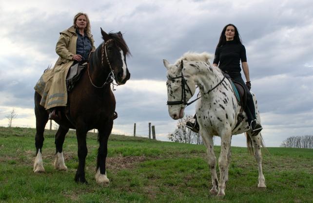 Karen Duve und Bettina Bruns reiten auf den Spuren der Droste. Foto: Kerstin Ahlrichs