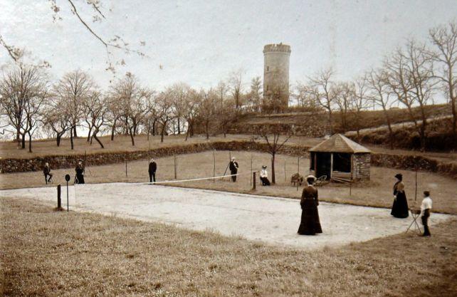 Gesellschaft beim Tennisspiel auf dem 2. Burghof in Tecklenburg, 1905. Foto: Wilhelm Fisch, Archiv: Lisa