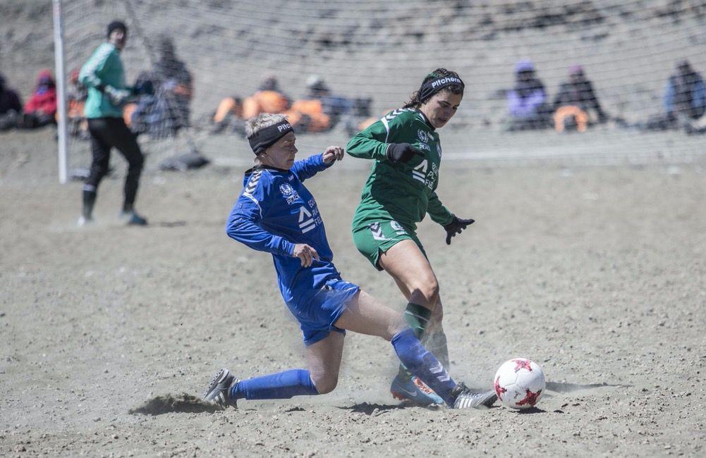 Kick auf dem Kilimandscharo: Petra Landers war beim höchsten Fußballspiel der Welt dabei. Foto: privat.
