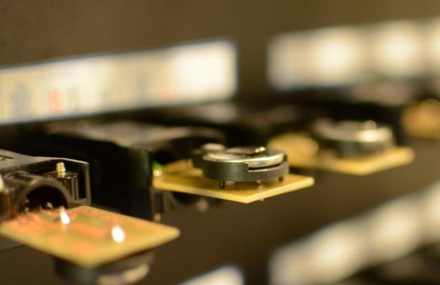 Die Knopfzellen beim Stresstest im Zyklisierlabor. Foto: Jürgen Bröker